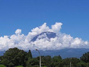 雲に覆われた富士山2